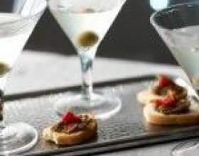 Брудний мартіні - джин, вермут і оливковий сік в одному келиху фото