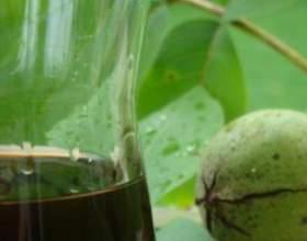 Лікер із зелених і стиглих волоських горіхів фото