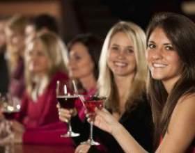 Чи можна пити алкоголь при місячних фото