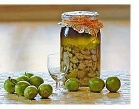Настоянка зеленого горіха на горілці фото