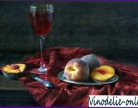 Персики з червоним вином фото