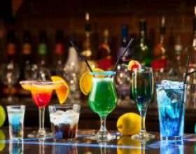 Пристосування для змішування алкогольних напоїв і келихи для коктейлів фото